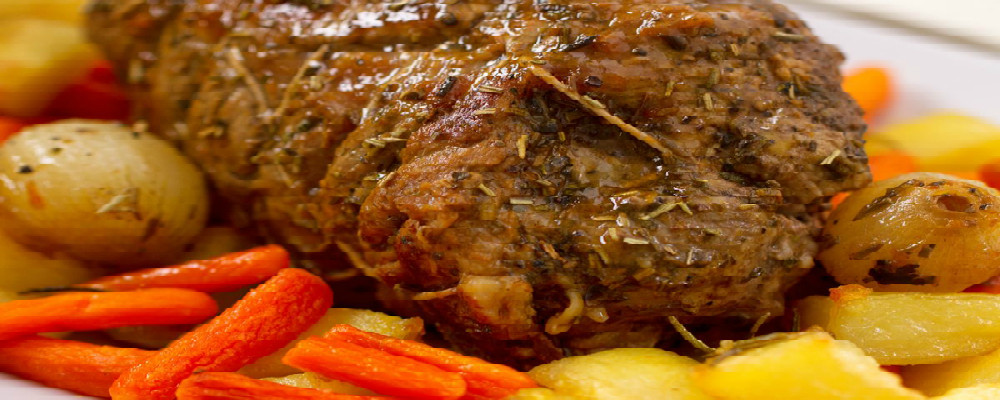 Carne de costilla asada acompañada de zanahorias y nabos glaseados al limón