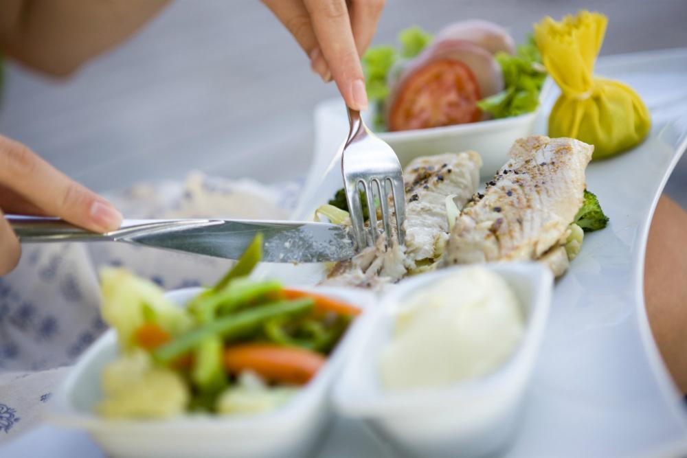 El consumo de proteínas y verduras antes de los carbohidratos podría reducir el azúcar en la sangre