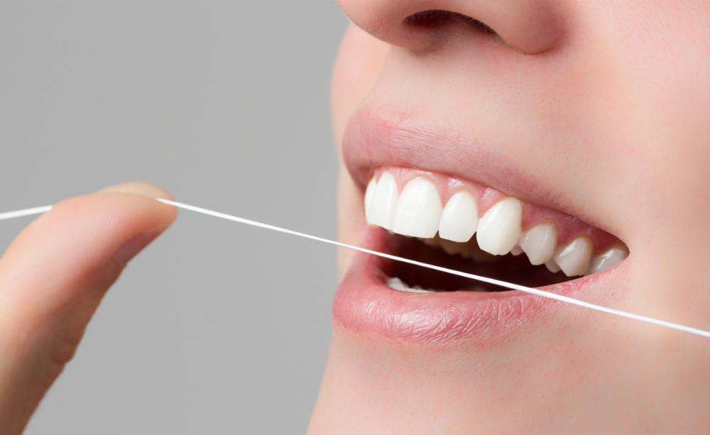 Cepillo de dientes, hilo dental y cuidado bucal regular son herramientas para reducir algunos de los riesgos relacionados con la diabetes