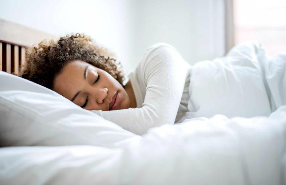 ¿Es de los que se ponen al día en su sueño el fin de semana? Usted está en mayor riesgo de enfermedades