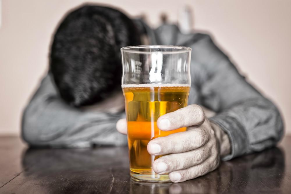 El alcohol puede causar hipoglucemia: Nueve señales de que podría tener peligrosos niveles bajos de azúcar en la sangre