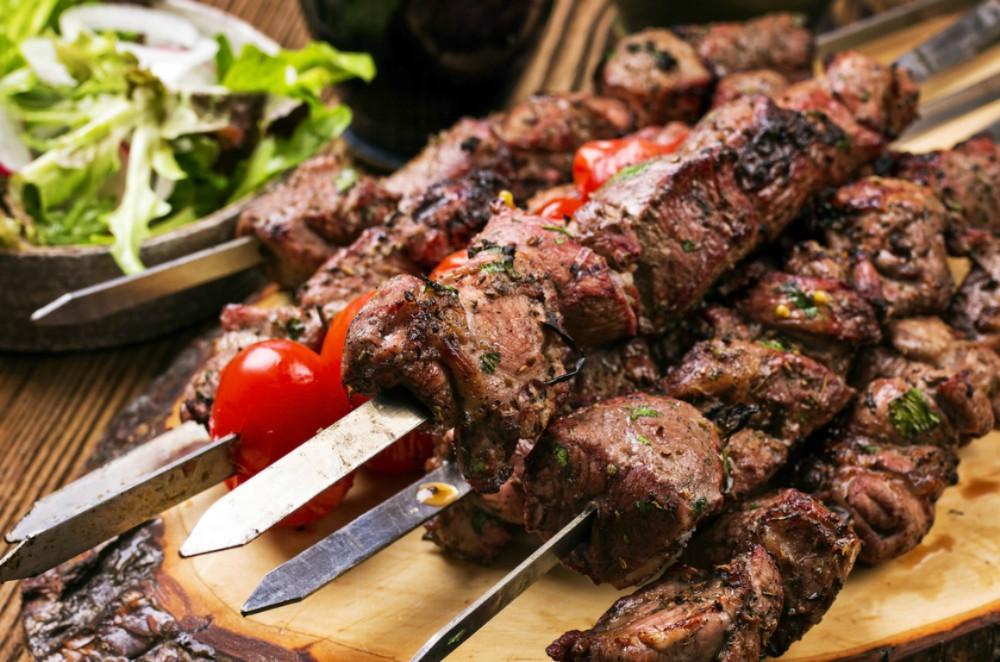 Receta de Kebabs de cordero con salsa de verdant