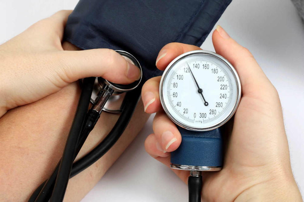 ¿Los objetivos de presión arterial difieren en pacientes con y sin diabetes?