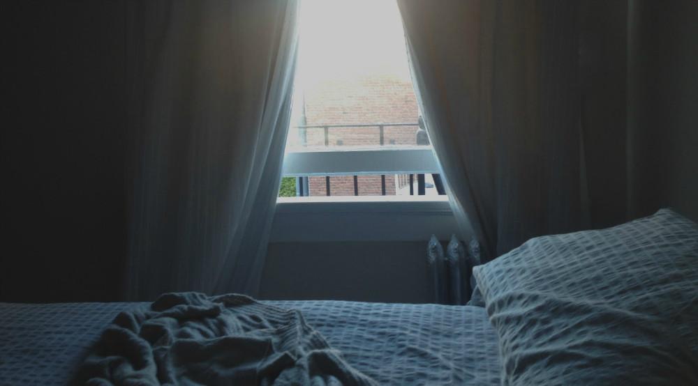 Dejar una ventana abierta al acostarse evita la obesidad y la diabetes